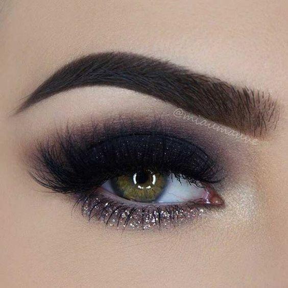 maquiagem com olho preto esfumado com glitter